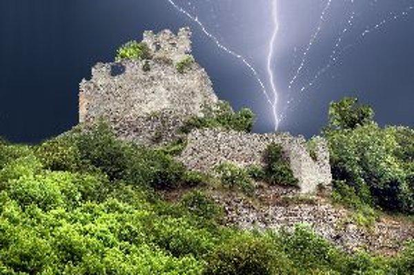 Záchrancovia hradu Čabraď sú vo výhode, hradný kopec je o niečo nižší ako okolitý terén. Úplne sa však na to spoľahnúť nemôžu, majú aj druhú, bezpečnú základňu.