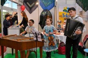 K stánku Levíc pozývajú aj deti z folklórneho súboru Tekovanček.