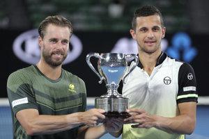Rakúsko-chorvátsky pár Oliver Marach (vľavo) a Mate Pavič drží pohár po víťazstve nad kolumbijským párom Juan Sebastian Cabal a Robert Farahat vo finále mužskej štvorhry na grandslamovom turnaji Australian Open.