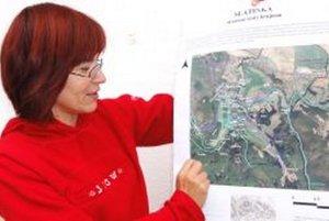 Martina Paulíková zo Združenia Slatinka ukazuje mapu, ktorú s pamätníkmi vytvorili.
