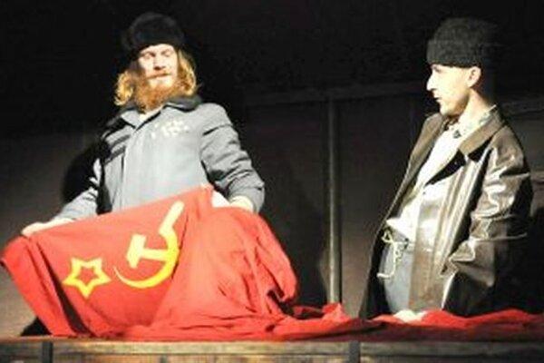 Dvojica ocenených hercov Tomáš Machek a Luděk Vémola v hre Putin lyžuje. Foto: divadlolisen.cz