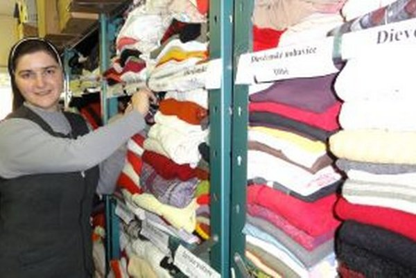 Sestra Patrícia ukazuje regály s oblečením. Všetko má svoje miesto.