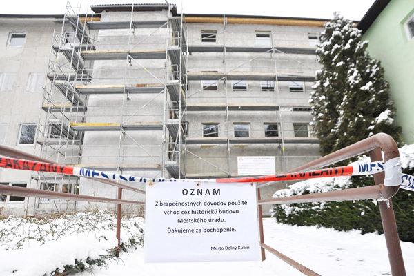 Dokončenie fasády mestského úradu zdržal príchod zimy.