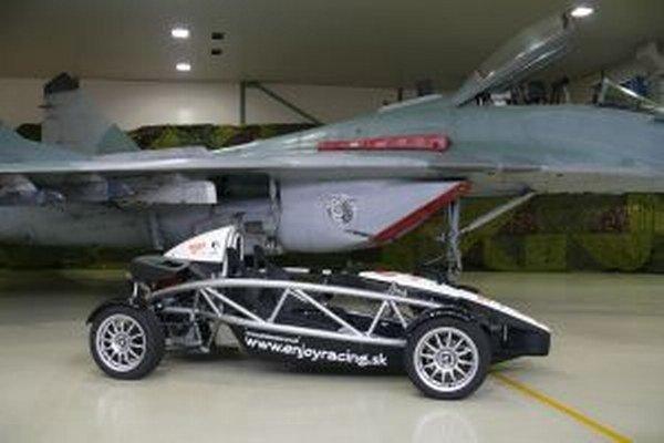 L-39 Albartos proti autu Ariel Atom. Kto bude rýchlejší?