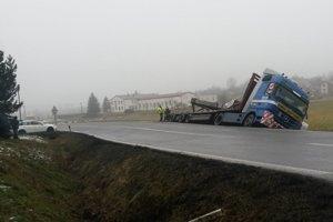 Vyvrátený kamión.