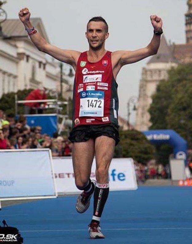 Ruky nad hlavou vcieli Medzinárodného maratónu mieru.