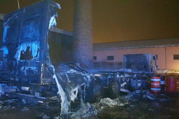 Plamene zničili úplne celý kamión.