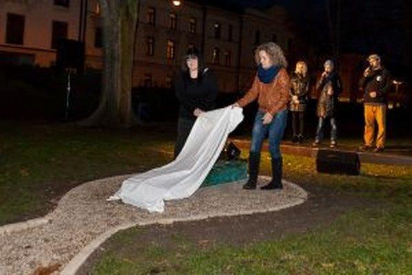 Pamätník odhalila Urbanova manželka Ivana s dcérou Kristínou.