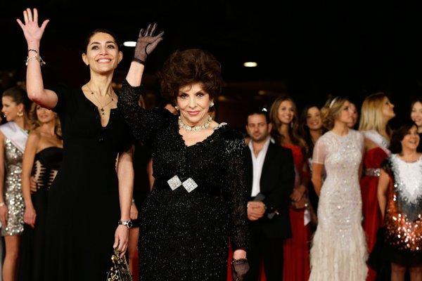 Gina Lollobrigida (v strede).