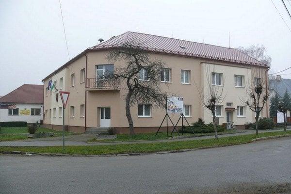 Budova obecného úradu, v ktorej je aj zdravotné stredisko.