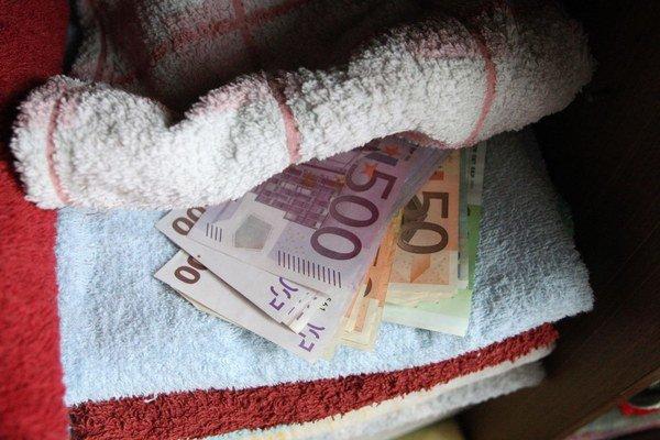 Niektorí dôchodcovia si svoje peniaze ukladajú aj pod uteráky.