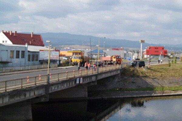 Most cez Hron neďaleko zvolenskej Hypernovy funguje už dlhšiu dobu v núdzovom režime.