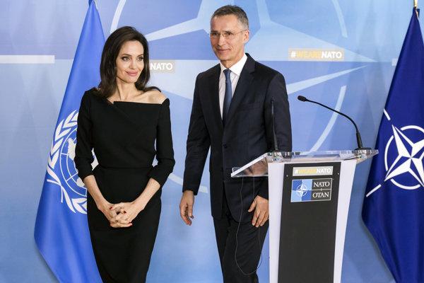 Americká herečka Angelina Jolie (vľavo) so šéfom severoatlantickej aliancie Jensom Stoltenbergom.