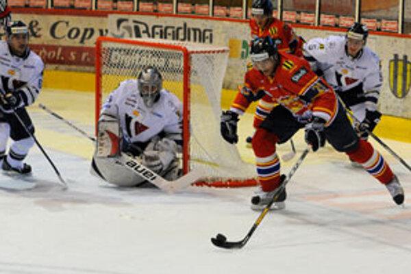 Richard Lelkeš z HKM Zvolen sa pokúša vystreliť na bránu Slovanu s brankárom Pavlom Rybárom.