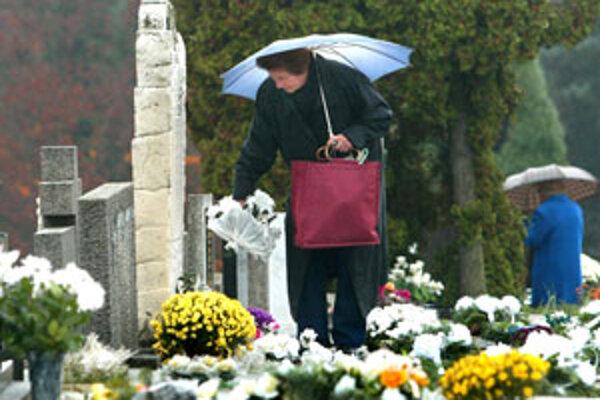 Ľudia počas celého týždňa upravujú hroby.