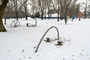 Nové detské ihrisko. Má pribudnúť v tejto lokalite Mestského parku (na snímke za mostíkom).