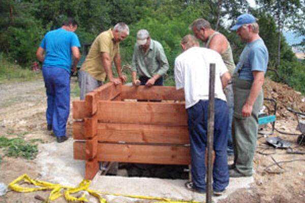 Do výstavby studne sa pustili takmer všetci obyvatelia obce.
