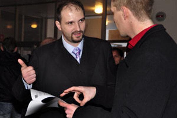 Člen organizačného výboru Únie autodopravcov Slovenska Jaroslav Polaček (vľavo) na stretnutí členov únie a ostatných záujemcov včera vo Zvolene-Podborovej.