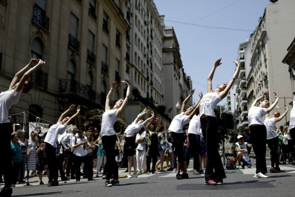 Umelci v uliciach Buenos Aires protestujú tancom proti úsporným opatreniam.