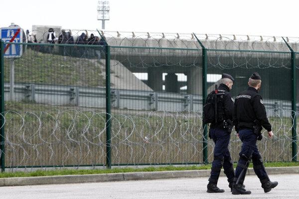 Policajná hliadka pri ceste smerujúcej do prístavu v Calais.