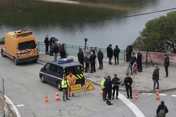 Policajti blokujú cestu k miestu, kde sa zrazili dva vojenské vrtuľníky