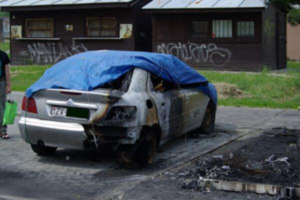 Majiteľ citroënu sa snažil svoje auto ešte pred príchodom hasičov od horiaceho mercedesu odtlačiť, no nepodarilo sa mu to.