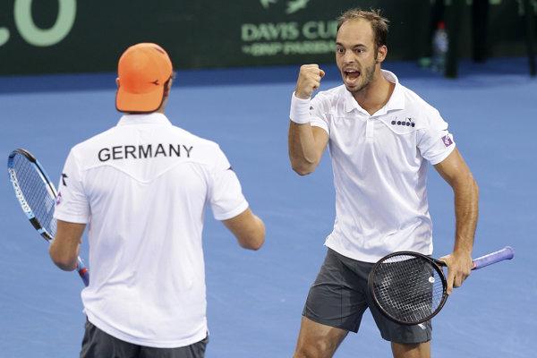 Nemec Tim Pütz (vpravo) oslavuje so spoluhráčom Janom-Lennardom Struffom triumf vo štvorhre.