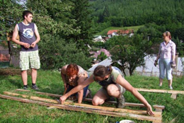 Dedinčania o kompostoviská záujem majú, združenie im ich pomáha stavať.