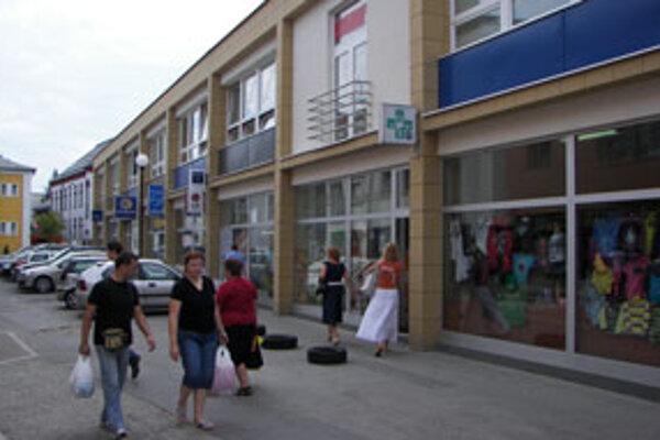 Hoci stojí dom služieb v centre mesta, podnikatelia sa sťažujú na nižšie tržby.