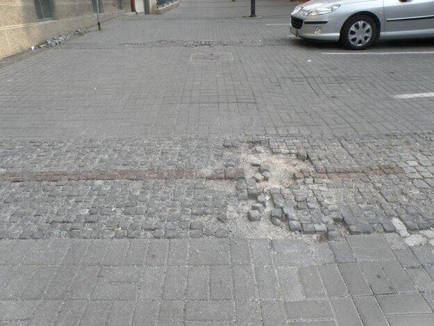 Chodci si v centre Prievidze musia dávať pozor na jamy.