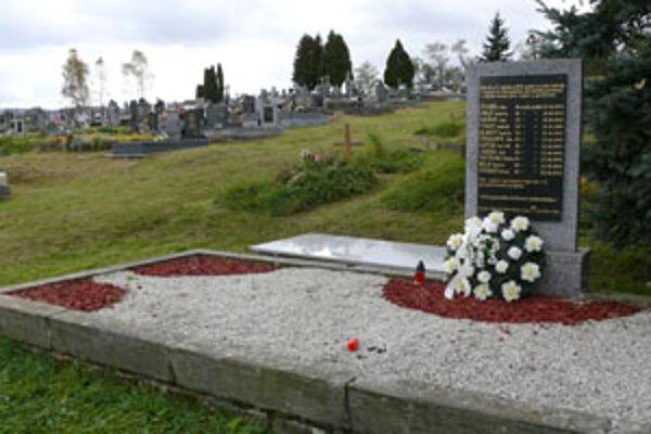 V hrobe je jedenásť vojnových obetí.