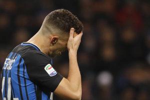 Futbalista Interu Miláno Ivan Perišič sa chytá za hlavu počas zápasu s Crotone.