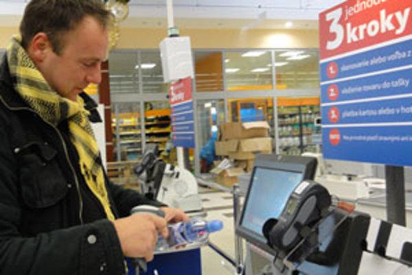 Pri samoobslužnej pokladni si môže zákazník nablokovať nákup sám.