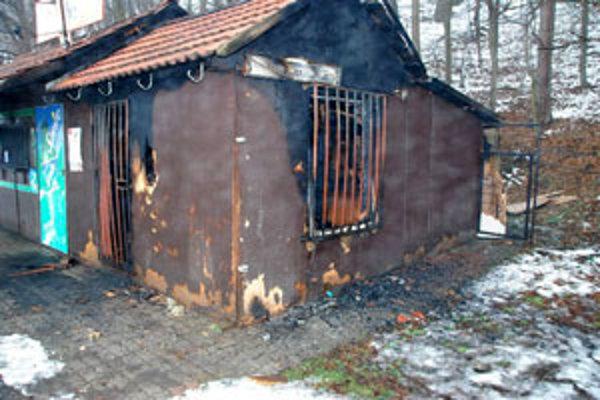 Drevený stánok už druhýkrát v tomto roku niekto podpálil.