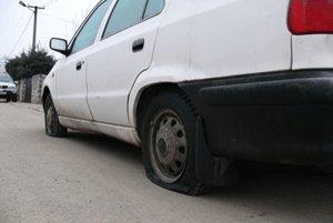 Na felicii poškodili dve pneumatiky.