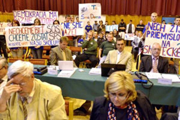 Poslancov nepresvedčili ani študenti s transparentmi.