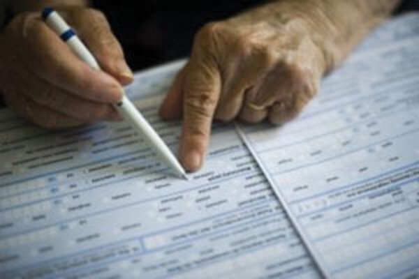 V osadách pomáhali s vypisovaním formulárov komunitní pracovníci.