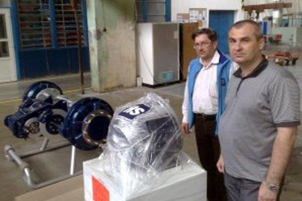 Riaditeľ spoločnosti Roman Václavík (vpravo) s vlastnou nápravou do kombajnu, ktorú budú onedlho prezentovať na výstave v Rusku.
