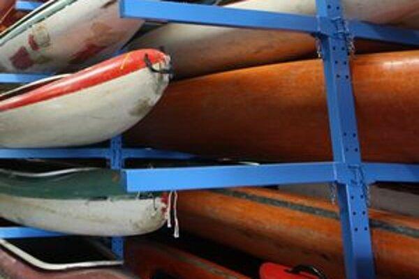 V Hronskej Dúbrave sa mali prevrátiť člny s vodákmi. Hasiči stále pátrajú po jednom z nich.