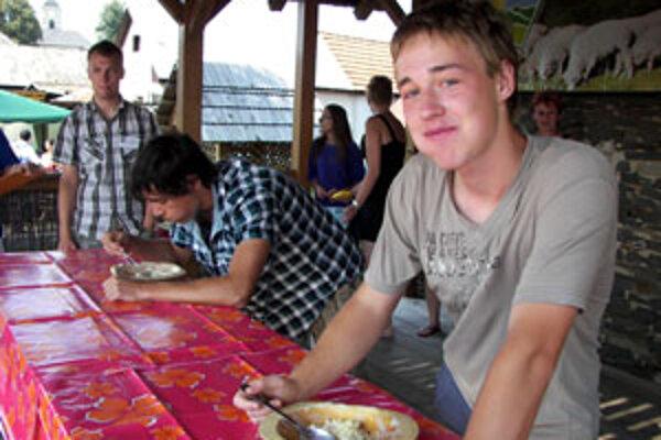 Zvolenčania Dušan Pavlík (vpravo) a Róbert Zach sa s jedením neponáhľali, zvolili si vlastné, nesúťažné tempo.
