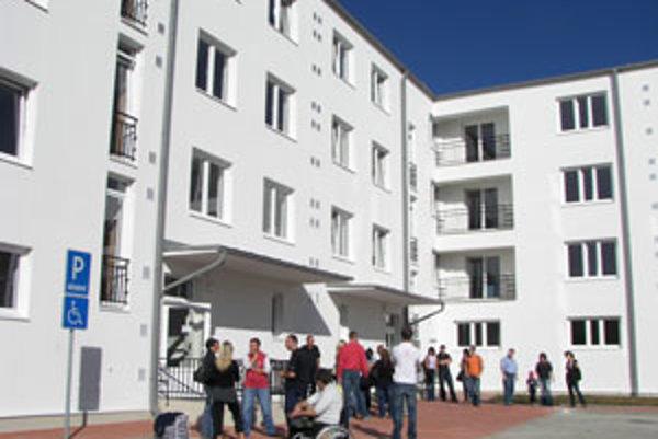 Bytovku postavili na Rákoši, cez víkend sa už mohli nájomníci sťahovať.