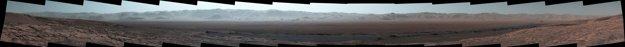 Panoramatický záber dovnútra a na okraj kráteru Gale, ako sa aj väčšinu cesty, ktorú prekonala Curiosity, aby sa na toto miesto dostala. KLIKNITE PRE ZVÄČŠENIE.