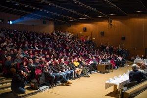Kinosála v Seredi bola počas diskusie o ubytovaní cudzincov plná.
