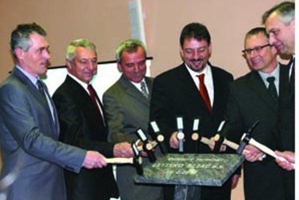 Základný kameň poklopali predstavitelia samosprávy, župy, ministersrtva dopravy a investor.