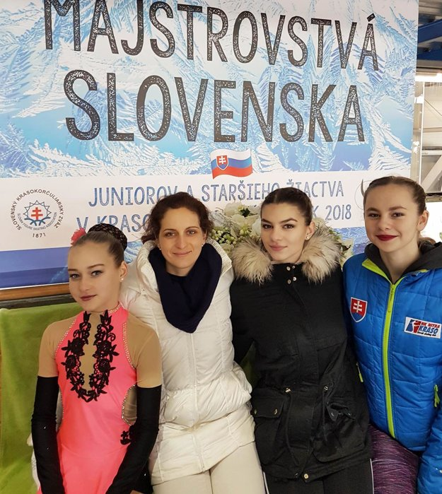 Staršie žiačky HK Kraso - zľava P. E. Černíková, trénerka Z. Drnzíková, P. Lincmaierová a K. Stračárová.