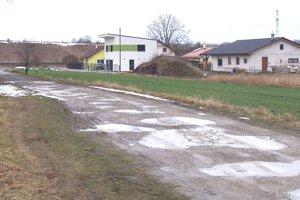 Jedna z nových ulíc v Blatnici, ktorá nemá dokončenú prístupovú cestu.