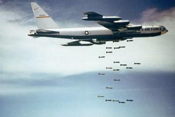 Bombardér B-52 nad Vietnamom.