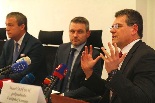 Zľava Jaroslav Baška, Peter Pellegrini a Maroš Šefčovič na tlačovej konferencii.