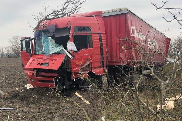 Poľský kamión skončil po nehode mimo cestu.