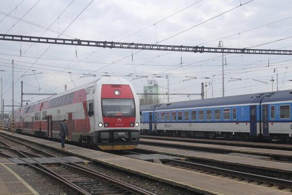 Medzinárodné rýchliky (modrej farby) momentálne v Galante nestoja.